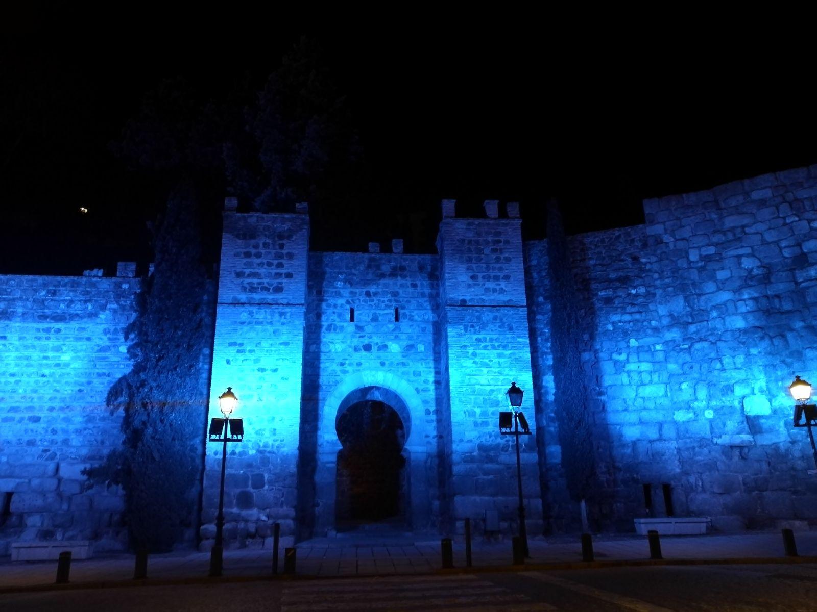 Muralla del Carmen de Toledo iluminada de azul