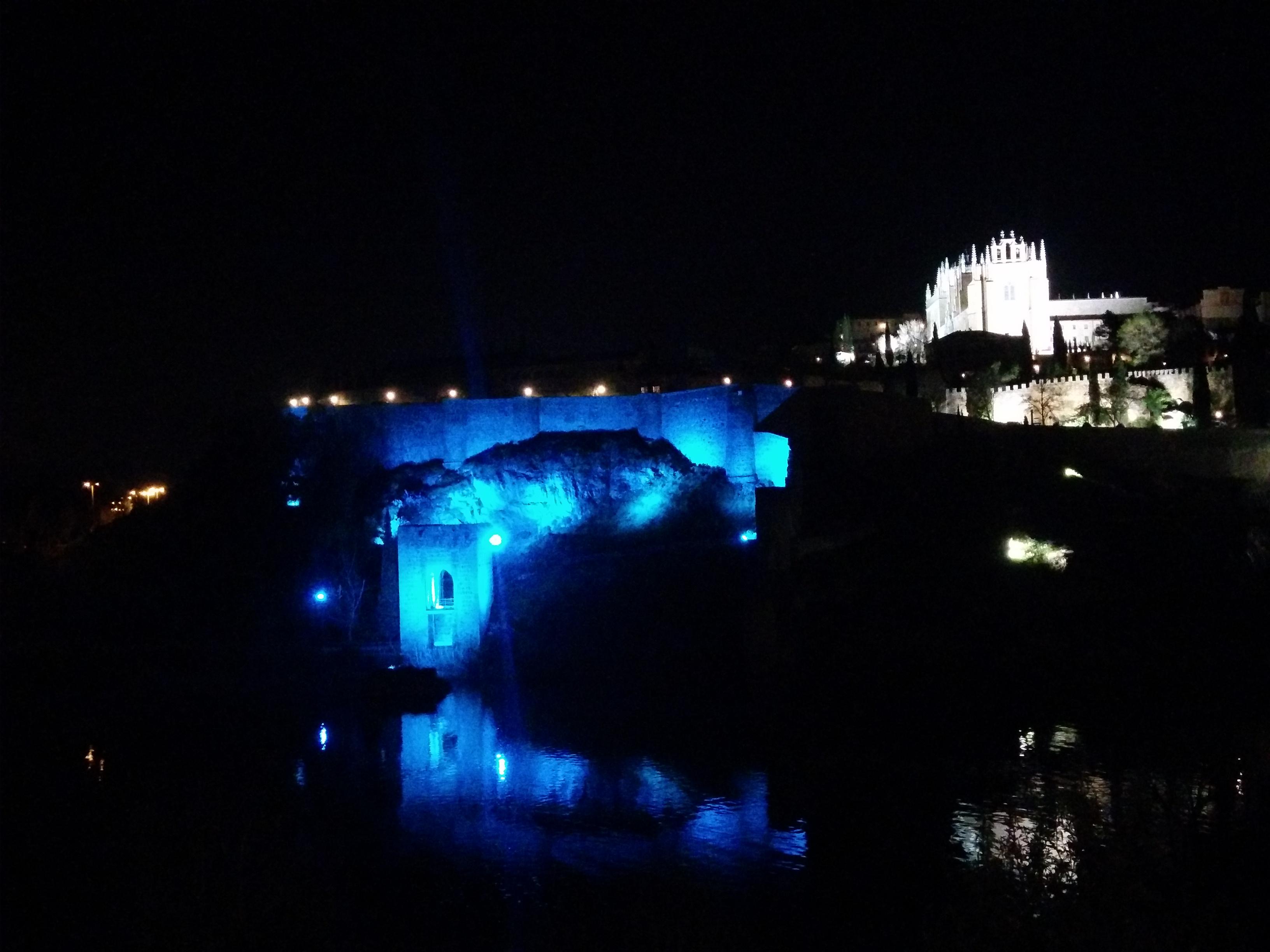 Torreon de la Cava Iluminado de azul y San Juan de los Reyes
